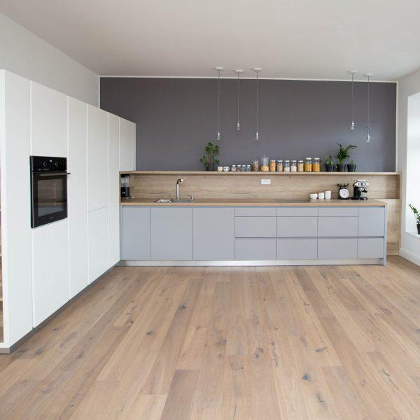 Sivo bela kuhinja v kombinaciji s hrastom