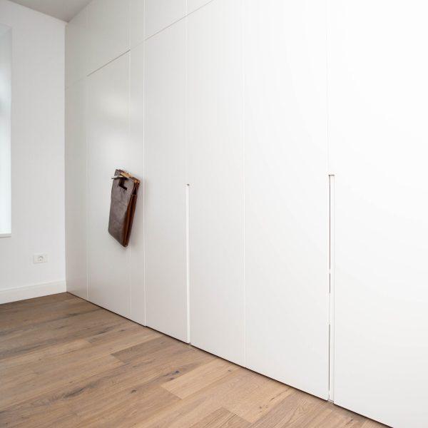 Garderobne omare s stensko oblogo