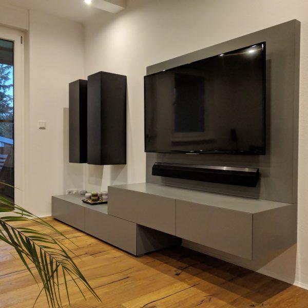 Regal v dnevni sobi s steno za TV