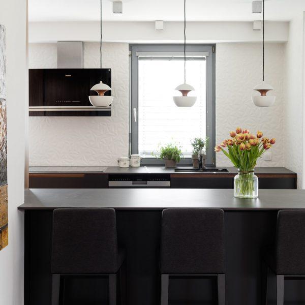 Kuhinja ameriški oreh in vinska vitrina