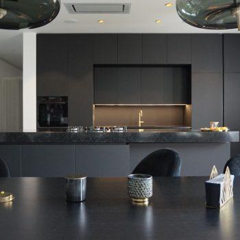 Kuhinja črne barve Fenix