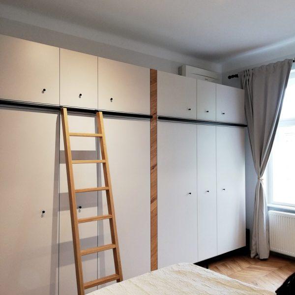 Garderobna omara industrijski stil s premično lestvijo