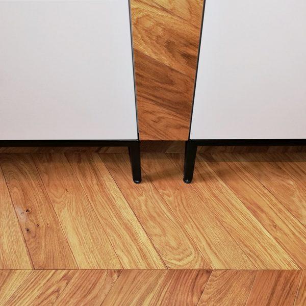 Kuhinja na kovinskem podnožju, z regulacijskimi nogicami