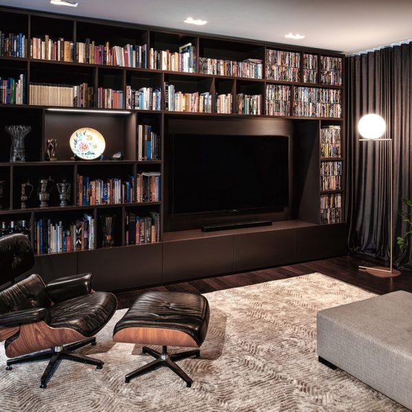 Knjižni TV regal s policami, izdelan po meri
