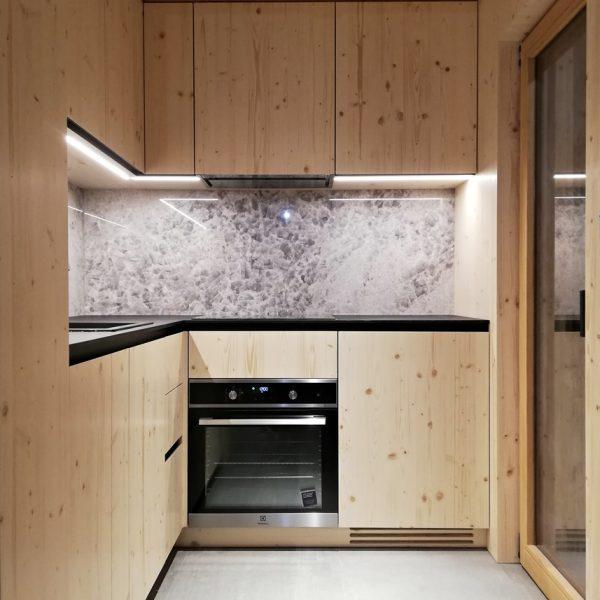 Kuhinja po meri iz smrekovega lesa